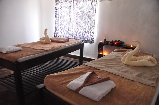 couples-massage-686385_640